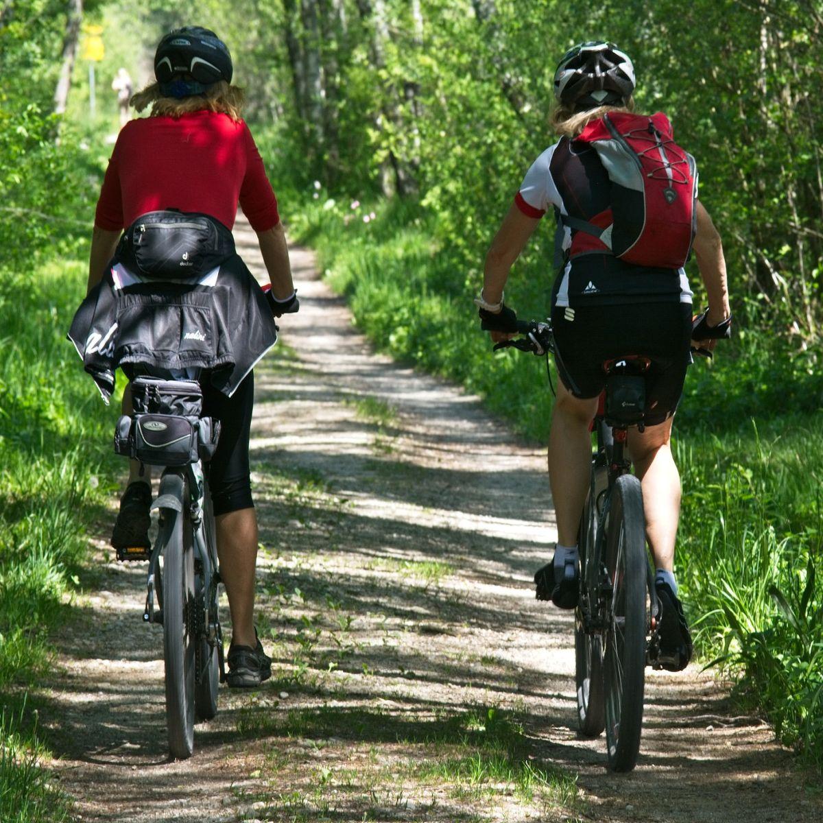 Zwei Radfahrerinnen mit Fahrrad vom Fahrradverleih