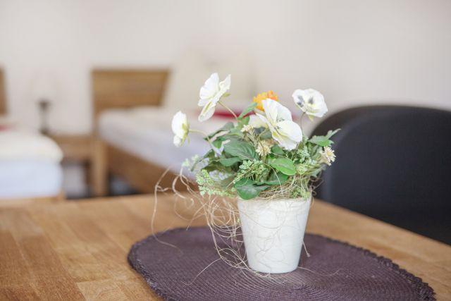 Blumengesteck auf Tisch